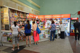 Inside the railway station it is possible to buy periodicals, food, beverages. shutterstock.com