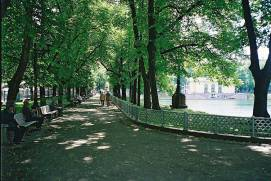 A pedestrian alley along Patriarch's Ponds